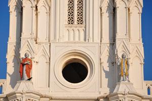 Статуи мужчин над входом в церковь