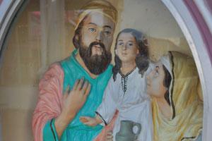 Статуи Иосифа, Марии и Иисуса возле католической церкви