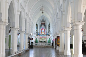 Внутренний зал католической церкви Богоматери Искупления