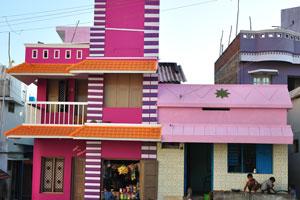 Дом окрашен в малиновые и розовые цвета