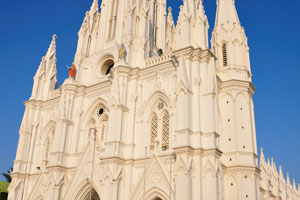 Католическая церковь Богоматери Искупления перед закатом
