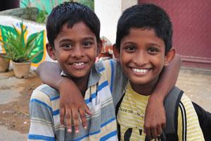 Улыбающиеся индийские мальчишки