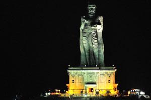 Ночная фотография статуи Тируваллувар