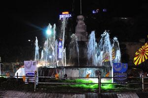 Городской фонтан в ночное время