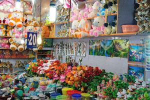 Все сувенирные магазины открыты ночью