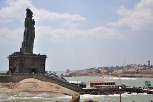 Паром привёз людей к статуе Тируваллувар