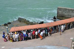 Эти люди ждут паром, чтобы вернуться в Каньякумари