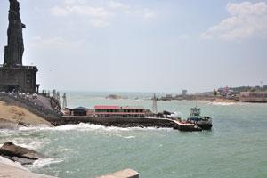 Индийский океан вокруг статуи Тируваллувар