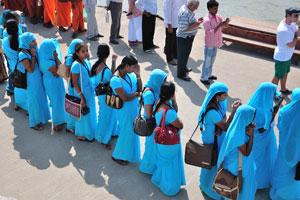 Индийские девушки в голубых сари
