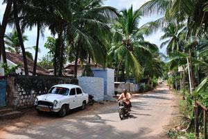 Сельский житель едет на мотоцикле