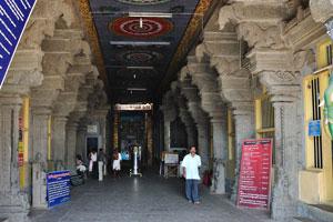 Вход в храм Танумалаян