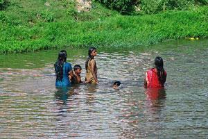 Женщины с детьми в воде
