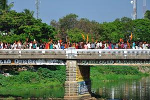 Люди держат в руках оранжевые флаги