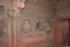 Интерьер с резьбой в Акбари Махал