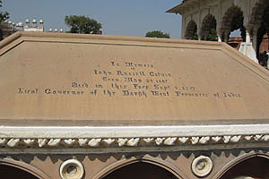 Джон Рассел, надпись на гробнице