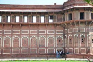 Джахангири Махал имеет сложные геометрические узоры