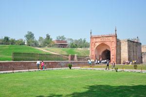 Верхнюю часть ворот Шах Джахани венчают высокие каменные наконечники