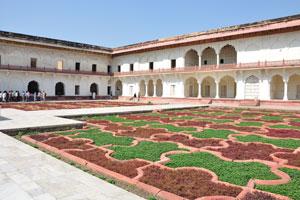 По бокам Ангури Багх есть двухэтажные квадратные палаты