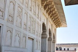 Уложенный мрамором путь между Кхас Махал и павильоном Джахан Ара