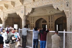 Входить внутрь Мусамман Бурдж запрещено