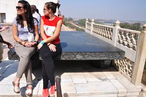 Две девушки сидят на Чёрном троне Джахангира (Тахт-и-Джахангири)