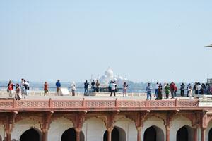 Вид из Макчи Бхаван на Тадж Махал