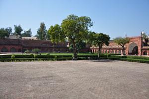 Эта площадь находится рядом с Диван-и-Ам