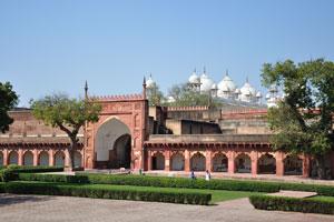Вид из Диван-и-Ам на Моти Масджид (Жемчужная мечеть)
