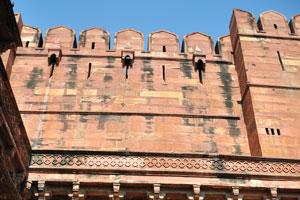 Эта стена соединяет вторые и третьи ворота Амар Сингх