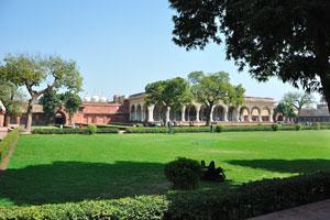Диван-и-Ам и три купола Нагина Масджид