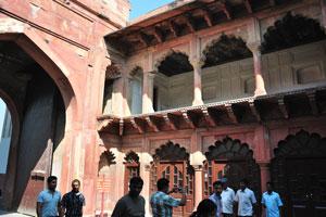 Солнечный свет заполняет внутреннее пространство ворот Шах Джахан