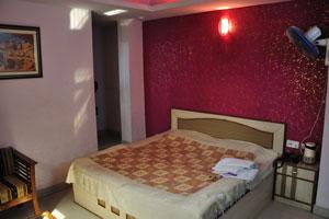 Комната номер 103 в отеле Дворец Рия оборудована большой кроватью