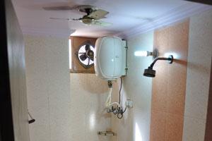 Ванная комната и туалет в номере 103 отеля Дворец Рия
