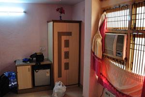 Шкаф и тумбочка в номере 103 отеля Дворец Рия