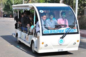 На расстоянии нескольких километров от Тадж-Махала можно использовать только электрические автомобили
