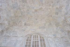 Северный Айван был украшен каллиграфической панелью
