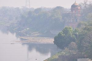 Река Ямуна покрыта туманом