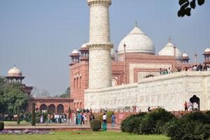 Вид на здание мечети и минарет