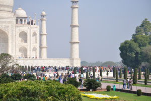 Тадж-Махал в полдень полон туристов